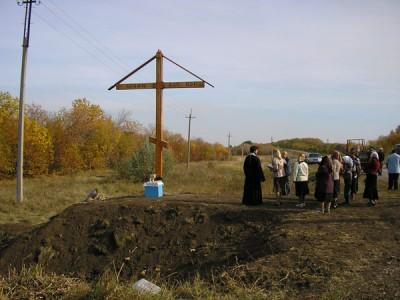 А это мы устанавливали крест на въезде в поселок - P1010377.JPG